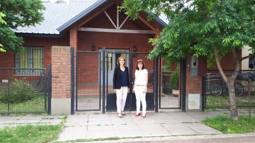 Emmanuelle Soubeyran et Susana Grosso devant la résidence des étudiants internationaux du campus d'Esperanza, Faculté des sciences agraires et Faculté des sciences vétérinaires, UNL.