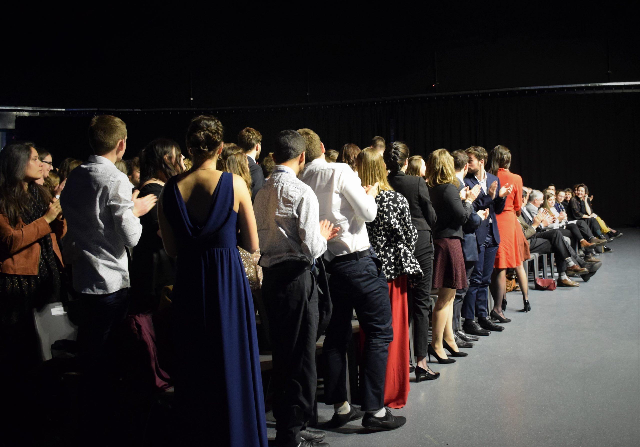Les diplômés applaudissent chaleureusement tous les proches qui les ont soutenus durant leurs années d'études et pour leur présence à la cérémonie.  Crédit photo : ©Club photo CDA