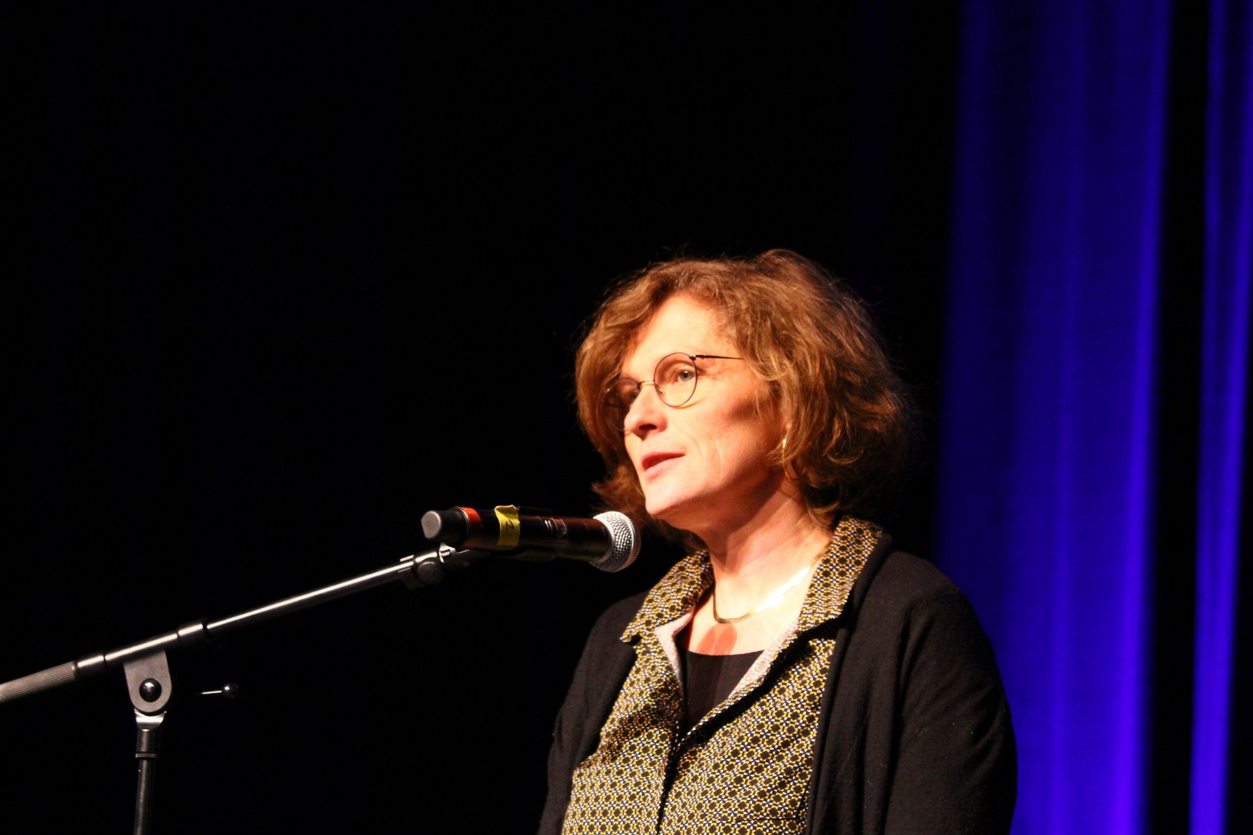 Présentation de la promo par Christine Chabanet, Directrice de l'enseignement et de la vie étudiante.  Crédit photo : ©Club photo CDA